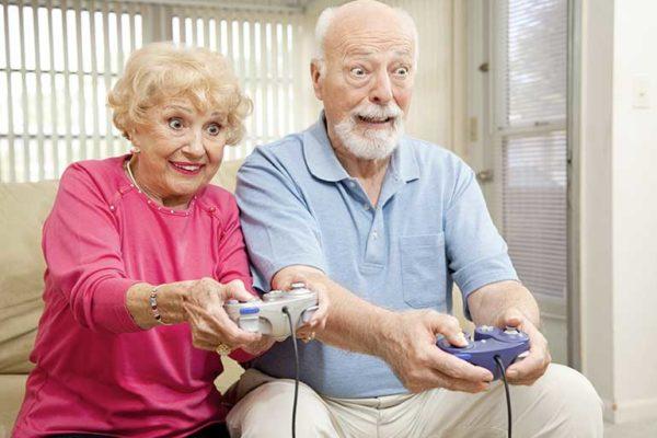 Seniors entrain de jouer aux vidéos